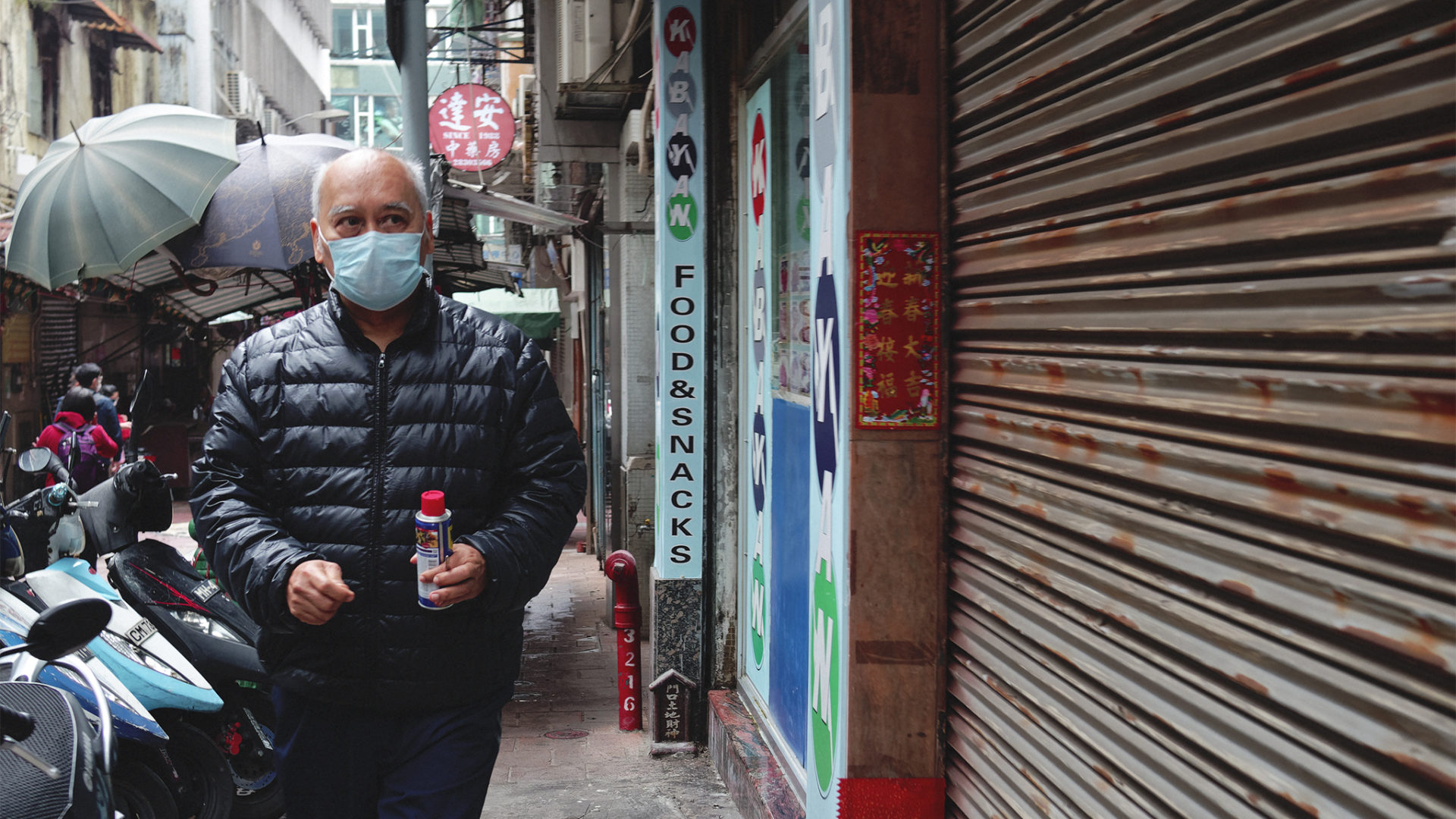 疫情初期很多老友記不願戴上口罩,後來大家都不敢不戴了。