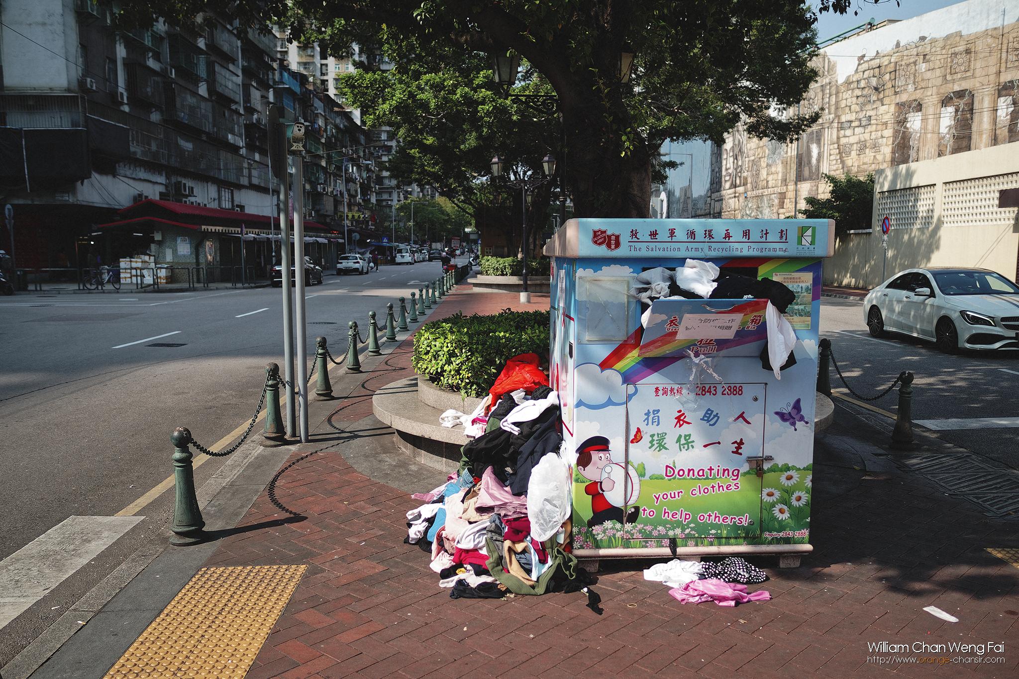 由慈善團體設置的舊衣收集點,因為整個小城停工了一段長時間,爆滿了也未來得及處理。