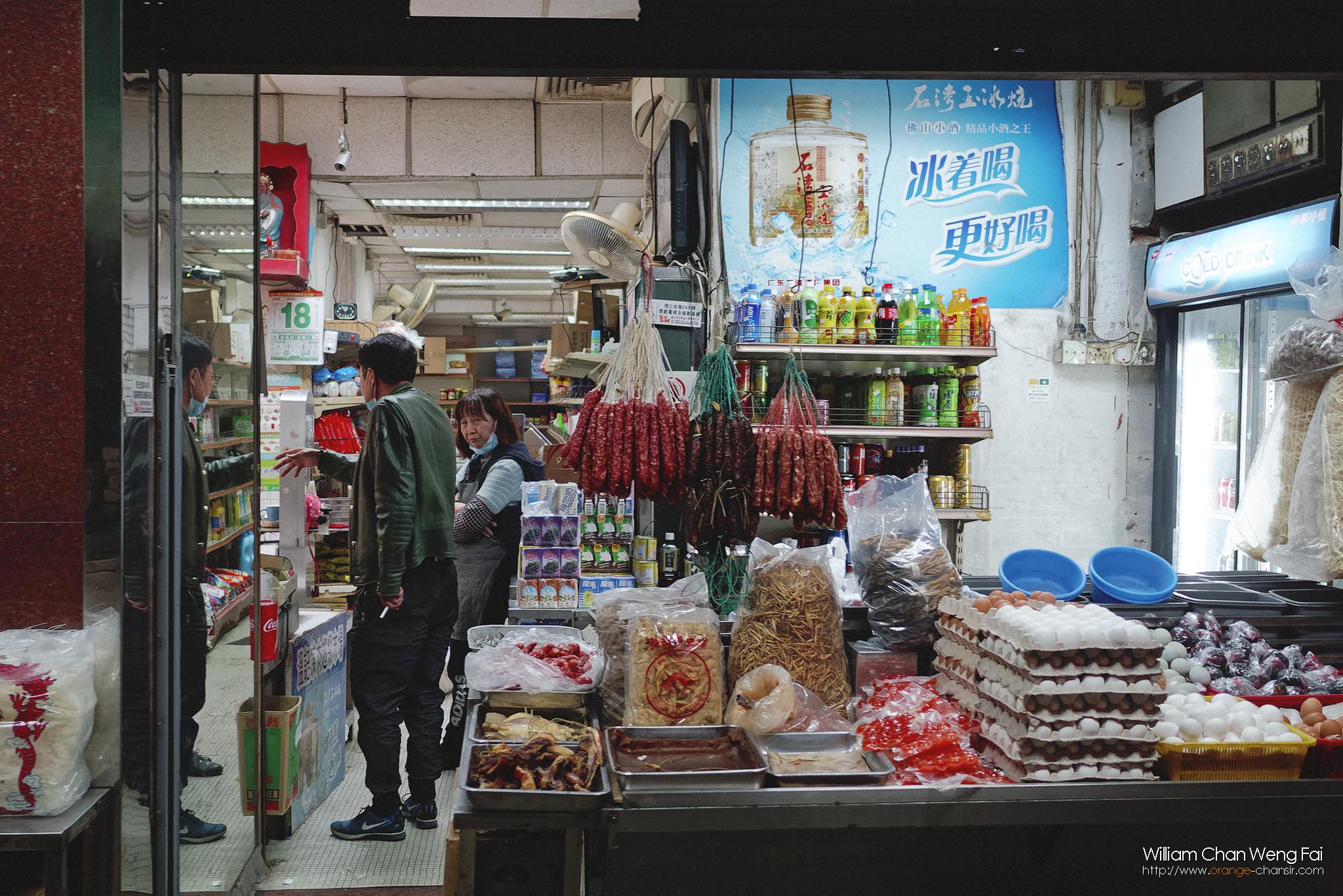 老家樓下的凍肉店,老闆和老闆娘都很和善,但最近大家都不怕死的一窩峰跑出街,每天看著凍肉店人潮湧湧,我有點替他們擔心。